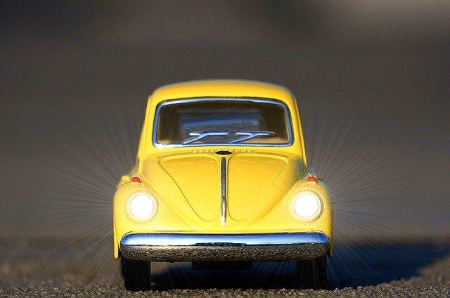 malé žluté autíčko, světla