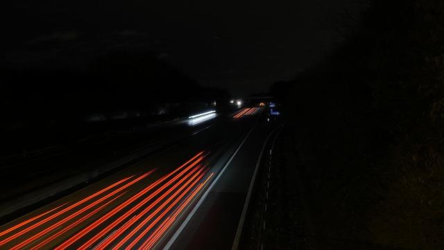 silnice, pruhy červených světel
