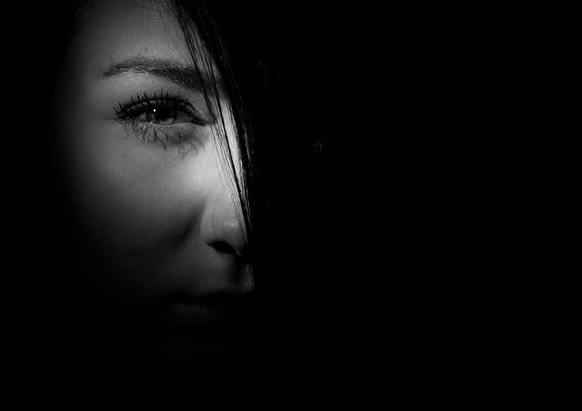 tvář ve stínu