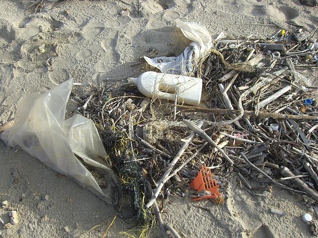 odpadky na písku