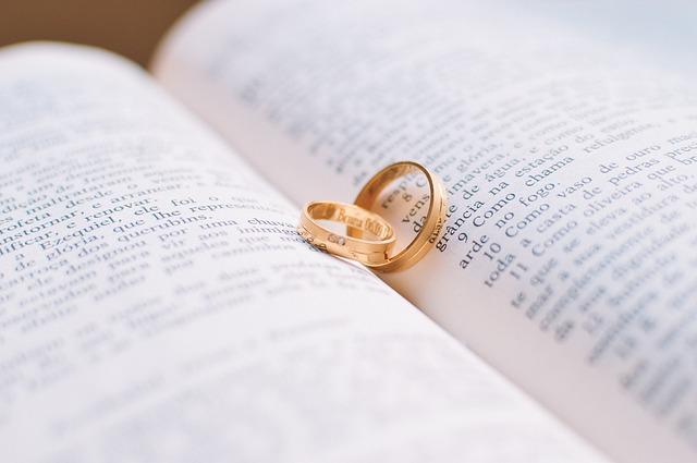 prsteny na knize