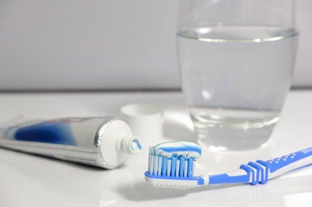 zubní kartáček s pastou